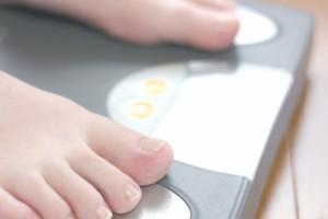 体重計に乗る人の画像